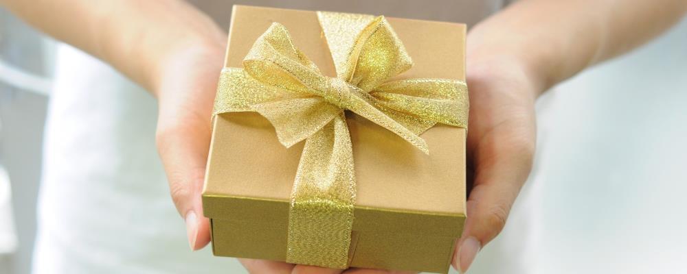 Geschenke können ein Hinweis für Fremdgehen sein