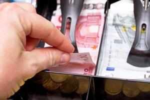 Detektei filmt heimlich Kassenbereich von oben um so erkennen zu können, wer Geld aus der Kasse stielt.