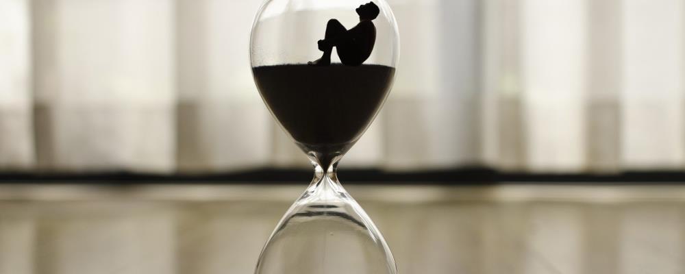 Überstunden können ein Indiz für die Untreue Ihrer Partnerin sein.
